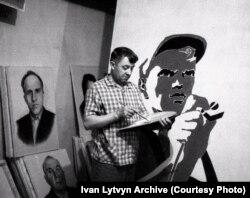 Iván Litvin munka közben, a kamjankai műteremben.