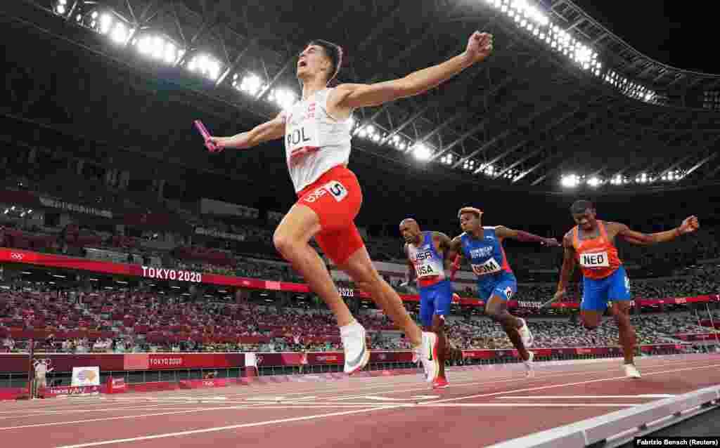 Збірна Польщі святкує після перемоги у фіналі естафети 4 x 400 м. Токіо, 31 липня 2021 року