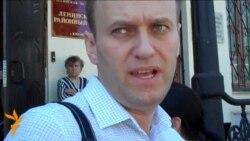 Алексей Навальный и уличный музыкант у суда в Кирове
