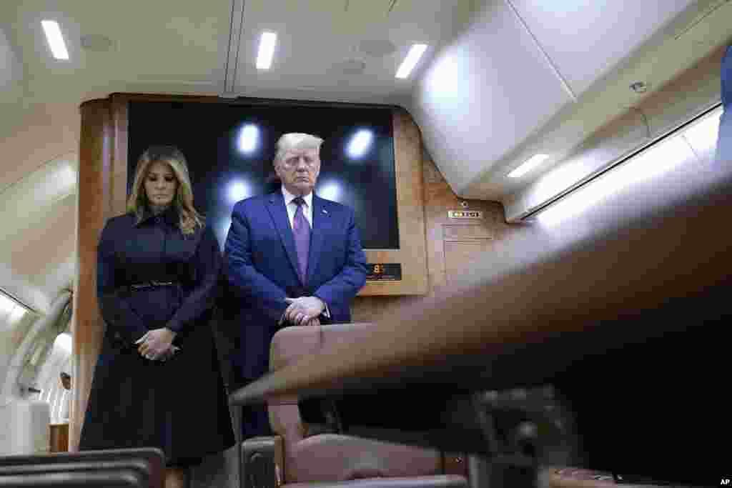Президент США Дональд Трамп і перша леді Меланія Трамп під час хвилини мовчання в літаку Air Force One, коли вони прибули до аеропорту штату Пенсильванія, щоб виступити на заході, присвяченому вшануванню жертв 11 вересня у «Національному меморіалі рейсу 93». Національний меморіал «Рейсу 93 United Airlines» був встановлений на місці падіння літака, який захопили терористи 11 вересня 2001 року. 40 пасажирів цього літака, який терористи, ймовірно, планували спрямувати на Білий дім або Капітолій, ціною власного життя чинили спротив терористам – цей літак розбився неподалік від міста Шанксвілл у штаті Пенсильванія