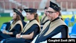 A médiatudomány mesterszakon végzett Szöllősi György, a Magyar Sportújságírók Szövetségének (MSÚSZ) elnöke a Debreceni Egyetem tanévzáró ünnepségén, a debreceni Nagyerdei Stadionban, 2020. július 4-én.