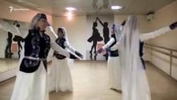 На языке танца: как крымские татары сохраняют свою культуру в Киеве (видео)