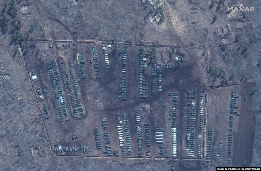 Tanke, kamionë dhe pajisje të tjera ushtarake, shihen në zonën e stërvitjes Pogorovo në afërsi të Voronezh, në Rusi.