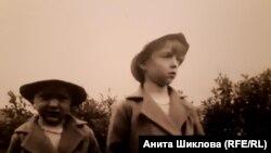Бенильда (справа) с сестрой Леонидой накануне депортации, 1940 год