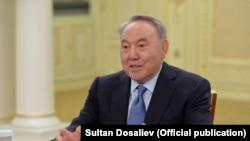 Freedom House писала в прошлом году, что отставка Нурсултана Назарбаева с должности президента в марте 2019 года — часть управляемого «половинчатого» транзита власти. В новом докладе Nations in Transit нет упоминания персоналий в казахстанской политике.