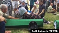 Supraviețuitorii genocidului își plâng rudele ucise, înainte de comemorarea victimelor ce a avut loc duminică, 11 iulie 2021.