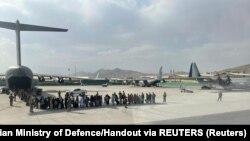Евакуація цивільних на летовищі Кабулу, архівне фото