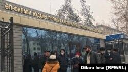 Пришедшие поддержать Нуржана Абилдаева активисты стоят у здания полиции. Шымкент, 21 декабря 2020 года.