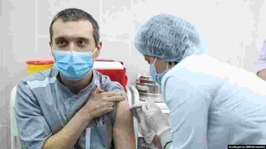 Першим вакцинованим в Україні став Євген Горенко – лікар-реаніматолог із Черкас, який працює в ковідному відділенні Черкаської обласної лікарні