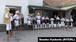 """Članovi KUD-a """"Štule"""" na štulama, selo Voluje (22. februar)"""
