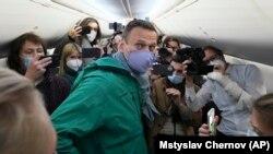 Алексей Навалний пеш аз парвоз аз Берлин ба Маскав дар дохили ҳавопаймо