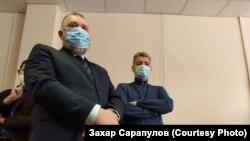 Сергей Беспалов (справа) и его адвокат Алексей Тупицын на суде, Иркутск, 12 февраля 2021 года