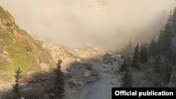 Кара-Кече - Дыйкан жолундагы жер көчкөн жол. Жумгал. 2020-жылдын 14-сентябры.
