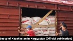 Первая партия муки из Казахстана. Фото посольства РК в Кыргызстане. 18 мая 2021 года.