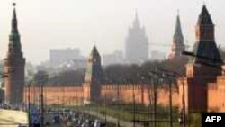 Понятие и слово «Кремль» возникает в XIV веке и означает вовсе не «замок вне города», а «город с государевым двором в центре»