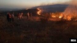 Пожар во Кочани. Неколку граѓани побарале помош поради отежнато дишење од чадот. Оштетени се куќи и возила. 02.08.2021.