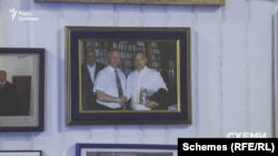 Серед них «Схеми» зауважують і фото з угорським прем'єром Віктором Орбаном
