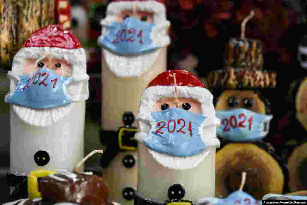 Різдвяні свічки із зображенням Санта-Клауса в захисній масці, виставлені у крамниці свічника Алексіса Геракіса. Салоніки, Греція, 16 листопада 2020 року