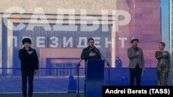 Қырғызстан президенттігіне кандидат Садыр Жапаров (ортада) Бішкектің орталығындағы Ала-Тоо (Алатау) алаңына жиналған жақтастарының алдында тұр. 11 қаңтар 2021 жыл.