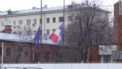 Москвичи соболезнуют парижанам