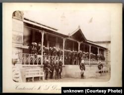 Domnitorul Carol I și ofițeri în casa care a găzduit Cartierul General românesc în Războiul de Independență în comuna Poiana/Dolj din sudul Olteniei, în apropierea Dunării. Arhivele Naționale.