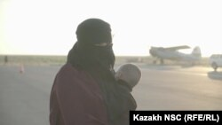 Жена и дете на борец на ИД, архивска фотографија.