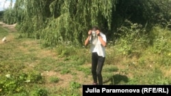 Жительница поселка Дубрава показывает, как люди здесь выходят в свои огороды