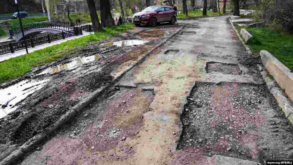 А вот у набережной Салгира, в районе улицы Гаспринского, судя по всему, ограничатся ямочным ремонтом