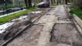 Ямочный ремонт дороги вдоль набережной Салгира. Симферополь, апрель 2021 года