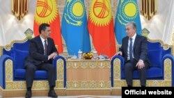 Қазақстан президенті Қасым-Жомарт Тоқаев (оң жақта) және Қырғызстан басшысы Садыр Жапаров. Нұр-Сұлтан, 2 наурыз 2021 жыл.