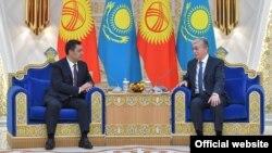 Слева направо: президент Кыргызстана Садыр Жапаров и президент Казахстана Касым-Жомарт Токаев. Нур-Султан, 2 марта 2021 года.
