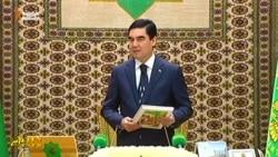 В Туркменистане вводят практику целовать книгу президента