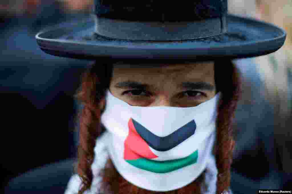 Ortodox zsidó tüntető palesztin zászlós maszkban a New York-i izraeli konzulátus előtt.