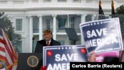 Donald Trump amerikai elnök egy tüntetésen, amit az azért szervezett Washingtonban, hogy szembe szálljon 2020-as amerikai elnökválasztás eredményének Kongresszusi hitelesítésével, 2021. január 6-án.