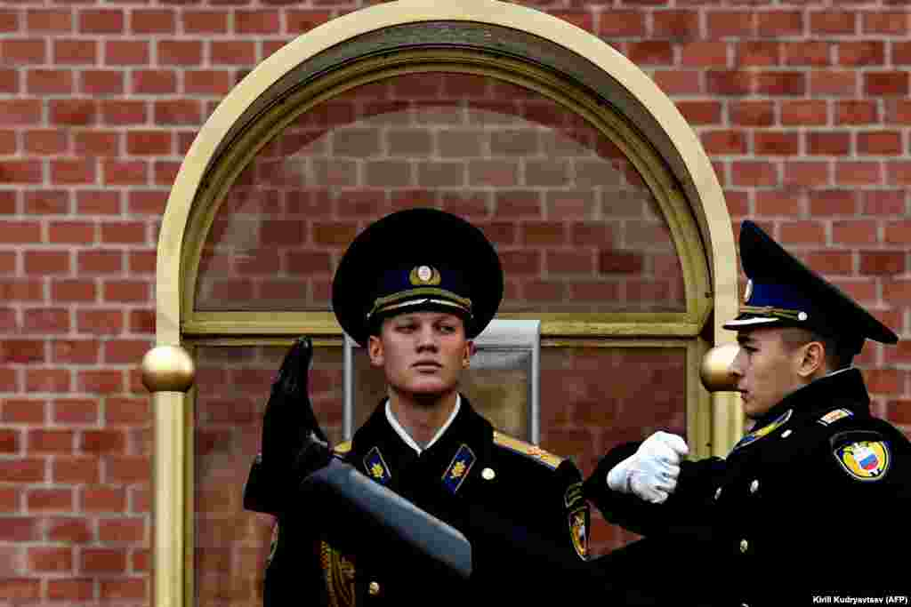 Russian serviceman stand guard at the Tomb of the Unknown Soldier near the Kremlin wall in downtown Moscow. (AFP/Kirill Kudryavtsev)