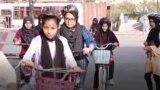 Pakistanda gyzlar öz hukuklary üçin tigir sürýär