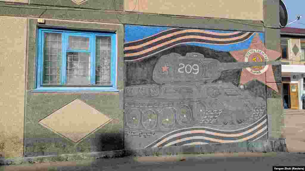 Патриотический мурал на стене дома на улице Ленина