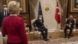 Европа Комиссиясынын президенти Урсула фон дер Ляйен (солдон оңго), Европа Кеңешинин төрагасы Шарл Мишел жана түрк президенти Режеп Тайып Эрдоган. Анкара. 2021-жылдын 6-апрели.