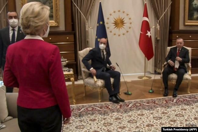 Недоумевающая глава Еврокомиссии Урсула фон дер Ляйен стоит перед усевшимися Реджепом Эрдоганом и председателем Европейского совета Шарлем Мишелем. Анкара, 6 апреля 2021 года