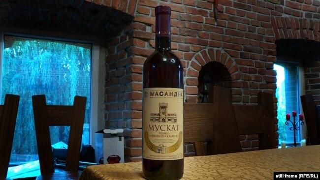 Бутылка вина мускат белый «Красного камня». Умань, июнь 2020 года