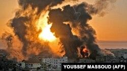 Răsăritul soarelui în Khan Yunish, în fâșia Gaza, după un bombardament israelian.
