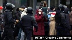 Minskde pensionerleriň we lukmanlaryň ýörişi. 2020-nji ýylyň 30-njy noýabry.