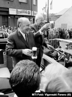 Kádár János a magyar, és Gustáv Husák a csehszlovák kommunista párt vezetői 1974-ben Pilzenben