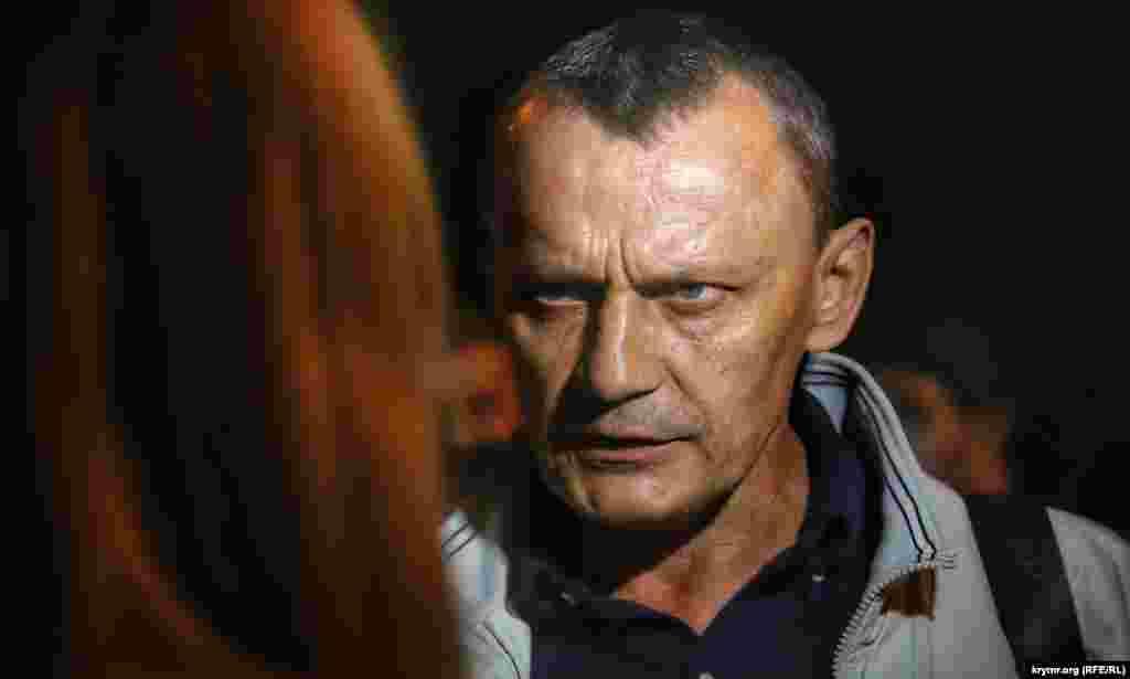 Николай Карпюк дает интервью на акции