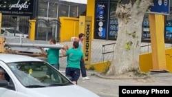 Група луѓе крадат бандера во скопската населба Чаир на 16 август 2020