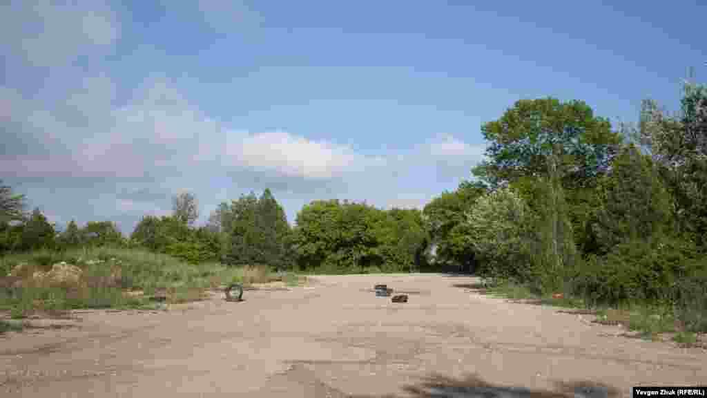 Плац військової частини зараз служить місцем для дресирування собак, а також майданчиком для відточування навичок водіння