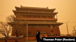 Pamje nga Pekini i goditur nga stuhia e rërës.