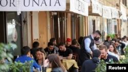 Megnyitják a római éttermek és kávézók teraszait, 2021. április 26-án.