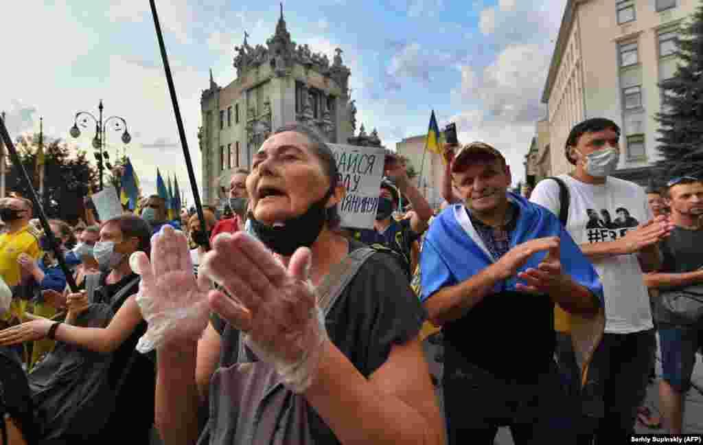 Людзі ў Кіеве пратэстуюць супраць замірэньня з сэпаратыстымі на Данбасе, 27 ліпеня.