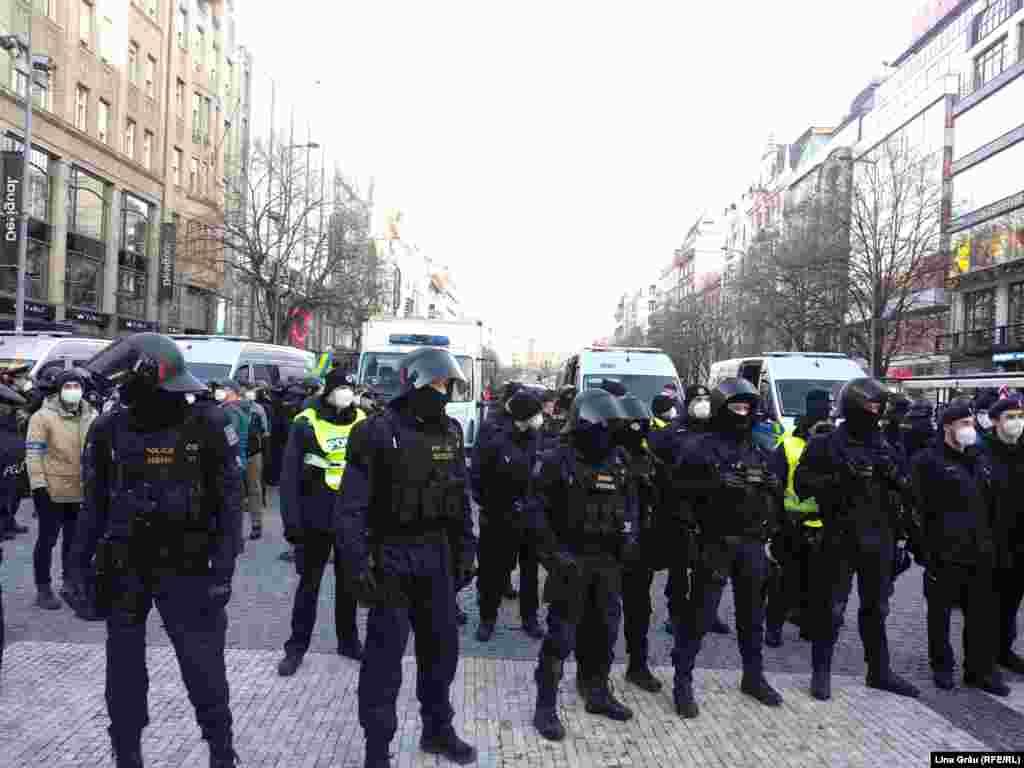 """Peste 60 de persoane au fost reținute duminică după amiaza. """"Persoanele au fost reținute din cauza nerespectării apelurilor repetate ale oficialilor cu privire la respectarea reglementărilor guvernamentale"""", a declarat purtătorul de cuvânt al poliției, Jan Daněk, pentru iDNES.cz."""